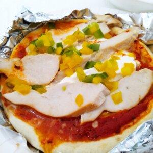 マッスルデリのプロテインピザスモークチキンと5種チーズのピザ